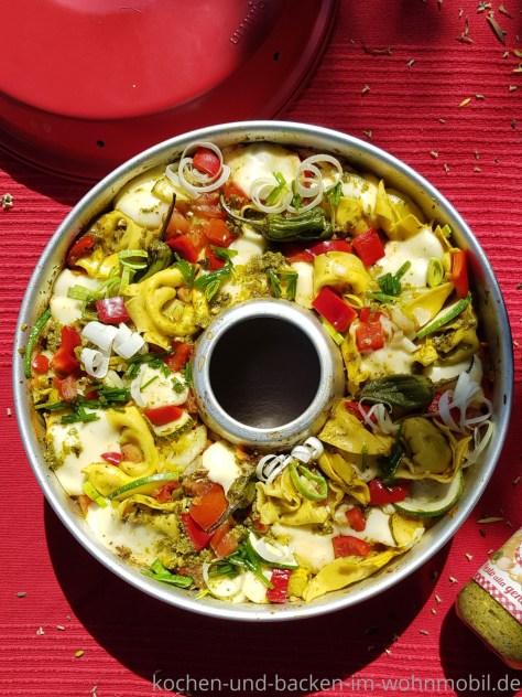 OMNIA Rezept: Tortelliniauflauf mit buntem Sommergemüse und grünem Pesto, überbacken mit Mozzarella