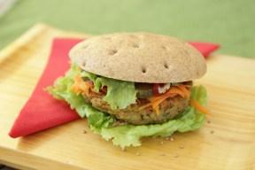 Vegi - Burger mit hausgemachten Gemüse - Getreidelaibchen und Dinkelvollkorn Gebäck