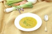 Rote Linsensuppe mit frischen Kräutern und Gemüse