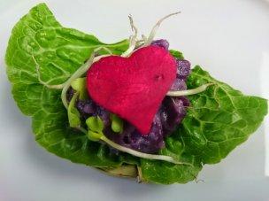 Salat von blauen Kartoffeln mit Holunderblütendressing und Rettichsprossen