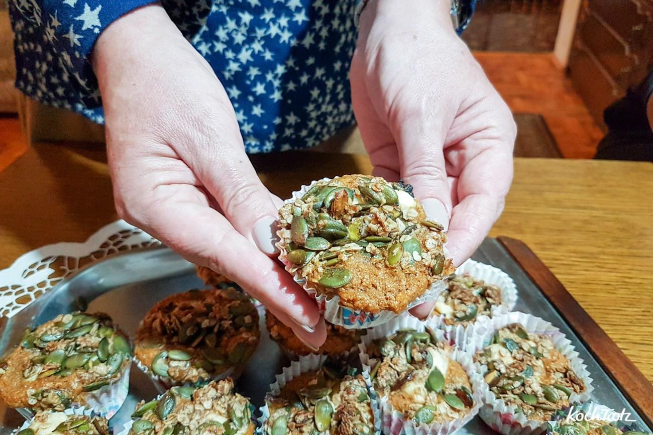 Köstliche süße Kürbismuffins mit Frischäsefüllung und Kürbiskern-Topping – auch glutenfrei