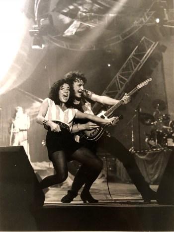 Wolfgang Niedecken mit Background-Sängerin Karen Schweitzer-Faust bei einem BAP-Konzert in der Sporthalle (1991) , Bild: Achim Scheidemann