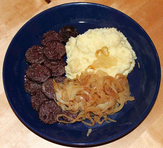 Himmel un Ääd - eine rheinische Spezialität aus Kartoffelpüree, Apfelmus, Zwiebeln und gebratener Blutwurst, Bild: Anagonia
