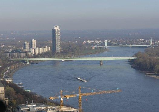 """Im Vordergrund die Zoobrücke, im Hintergrund die Mülheiemr Brücke. Beide im """"Adenauer-Grün"""", Bild: Gerd Franke, (http://www.ebertplatz.de/)"""