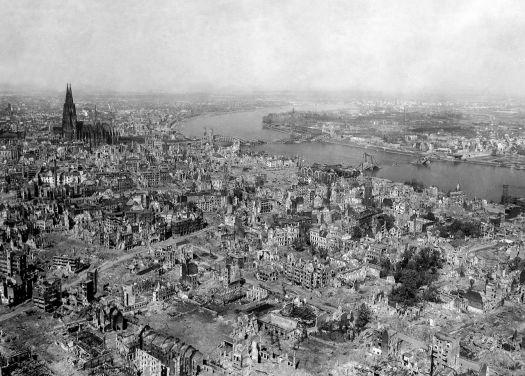 Köln im April 1945, mehr als 90% der Innenstadt sind zerstört, Bild: U.S. Department of Defense