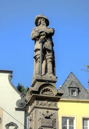 Der Jan-von-Werth-Brunnen auf dem Alter Markt, Bild: Raimond Spekking / CC BY-SA 4.0 (via Wikimedia Commons)