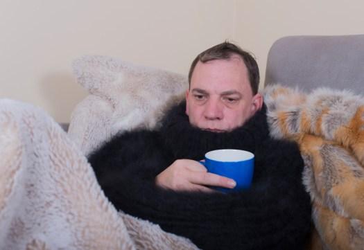 Ein fimpschiger Kerl mit der tödlichen Männergrippe, Bild: vschlichting, Zoonar