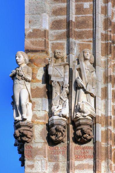 Figur des Nikolaus Gülich am Kölner Rathausturm (in der Mitte). Links neben ihm ist Johann Maria Farina, Bild: Raimond Spekking