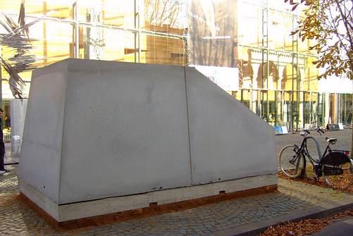 """Hommage """"Ruhender Verkehr"""" (Wolf Vostell), eine einbetonierte Mercedes A-Klasse von Cornel Wachter, Bild: Leonce49 / CC BY-SA 2.0"""
