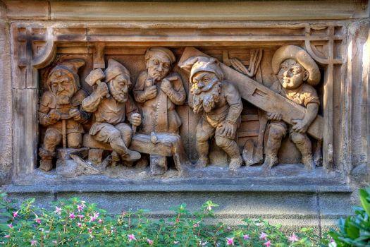 Die Heinzelmännchen bauen ein Haus (Detailansicht des Heinzelmännchenbrunnens), Bild: Raimond Spekking