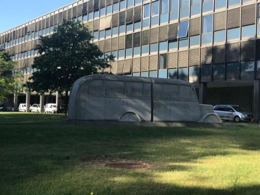 """Das Denkmal der """"Grauen Busse"""", im Hintergrund die LVR-Hauptverwaltung, Bild: Uli Kievernagel"""