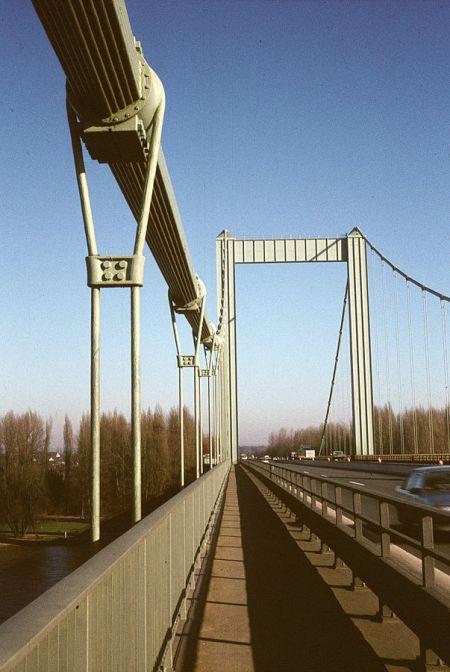 Die Rodenkirchener Brücke im Jahr 1985, noch mit vier Fahrstreifen, Bild: G.Friedrich, CC BY 3.0