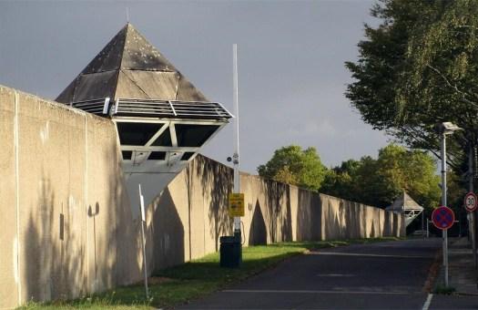 Ein Teil der 1,3 Kilometer langen Gefängnismauer der JVA Ossendorf, Bild: Knöchel, Franz-Josef / CC-BY-SA-4.0