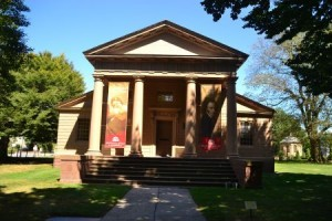 Historischer Eingang der Redwood-Library mit den Transparenten zum 265-Jahre-Jubiläum