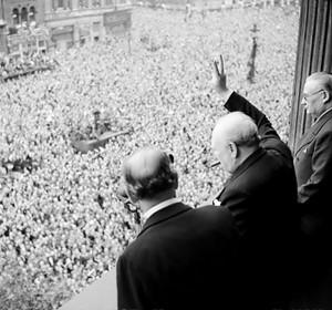 Auf WikiCommons ist dieses Bild zu finden: Winston Churchill winkt der MEnge zu, die sich in Whitehall versammelt hat. Soeben hat er im Radio den Sieg über Nazideutschland bekannt gegeben. http://commons.wikimedia.org/wiki/World_War_II?uselang=de#mediaviewer/File:Churchill_waves_to_crowds.jpg