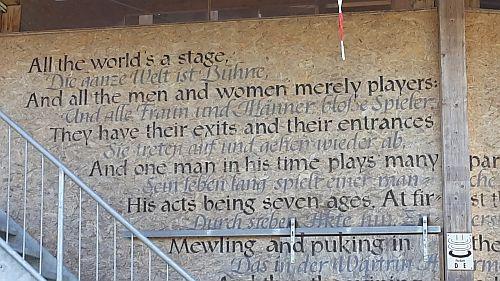 Die Sperrholz-Wand des Globe-Theaters auf der Kocherinsel ist mit Zitaten aus Shakespeare-Stücken geschmückt.