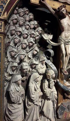 Ausstellung Die Zisterzienser Kreuzigungsrelief Frauengruppe Nonnen