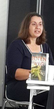 Romy Fölck mit dem Krimi Totenweg, einem bestseller, bei der LitBlogConvention