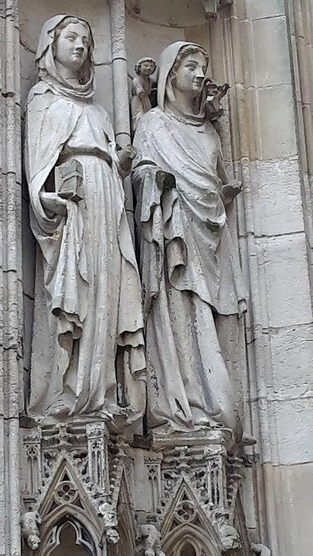 Rouen Kathedrale Cour des Libraires Frauenstatuen