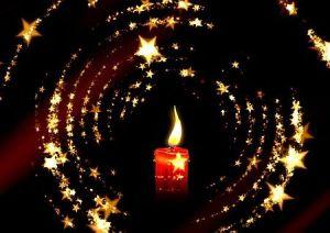 Kerze im Dunkeln mit Sternenkranz Weihnachten