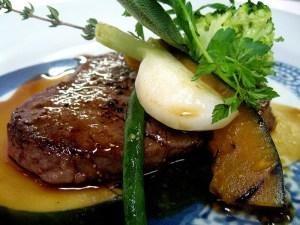 牛フィレ肉のステーキ季節の野菜を添えて