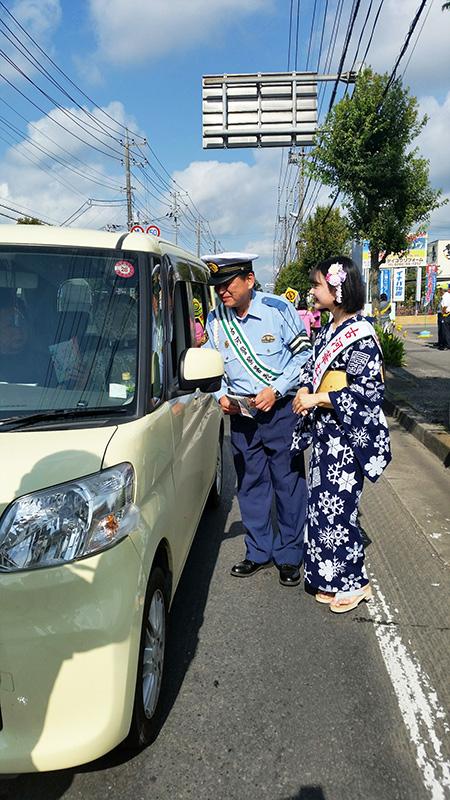 夏の交通事故防止県民運動街頭キャンペーンでチラシを配る桃むすめ