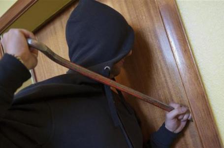 Dy adoleshentë vjedhin 12 banesa vetëm në tre muajt e fundit