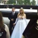 sposa illibata e timida sfoggia il suo vestito con le tettone di fuori