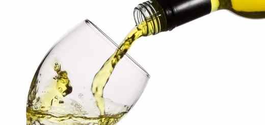 Bere un bicchiere di vino bianco senza più il mal di testa ed eritemi cutanei