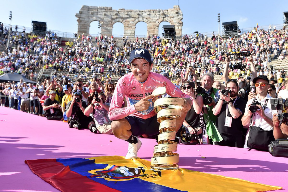 Carapaz festeggia la vittoria del Trofeo Senza Fine