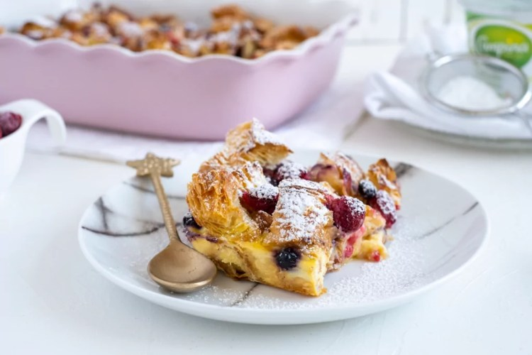 Croissant broodpudding met rood fruit