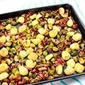 Spruitjes in de oven met aardappeltjes, spek en noten