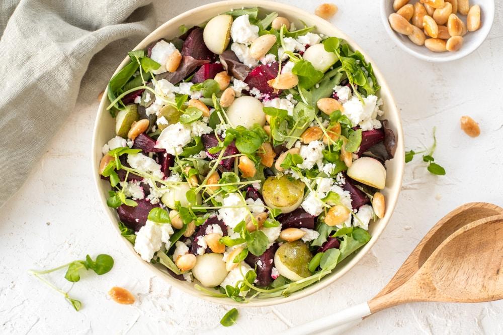 Salade met rode biet, feta en peer