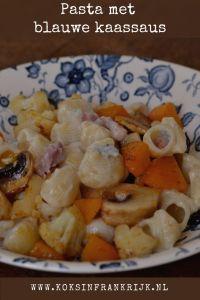Pasta met blauwe kaassaus, pompoen, bloemkool en champignons.