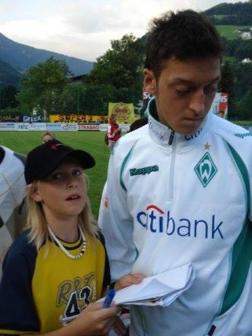 2008, Österreich, Tschagguns: Mesut Özil ist mit Weder Bremen zur Saisonvorbereitung in Schruns. Heute ist er Weltmeister und unsere Teilnehmerin freut sich umso mehr über dieses Foto :-)