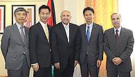 ヨルダンのタイシール外務次官(中央)と懇談する谷合(右隣)、岡本(左隣)の両氏=9月29日 アンマン