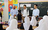 学生たちと交流する谷合、岡本の両氏
