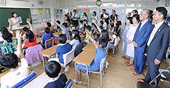 ESDの授業を視察する谷合座長ら=12日 東京・江東区