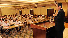 党四国方面の夏季議員研修会であいさつする山口代表=12日 高知市