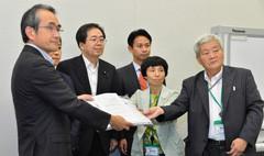 厚労省側に要望する市場会長らと、谷合、斉藤の両氏=11日 衆院第1議員会館