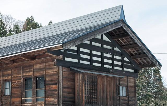 切妻屋根の雪割り棟