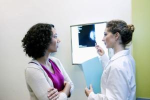 een arts zien die een diagnose toelicht.