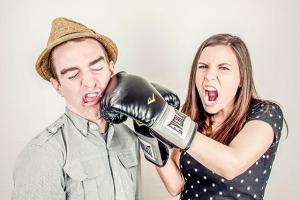 vrouw bokst met man