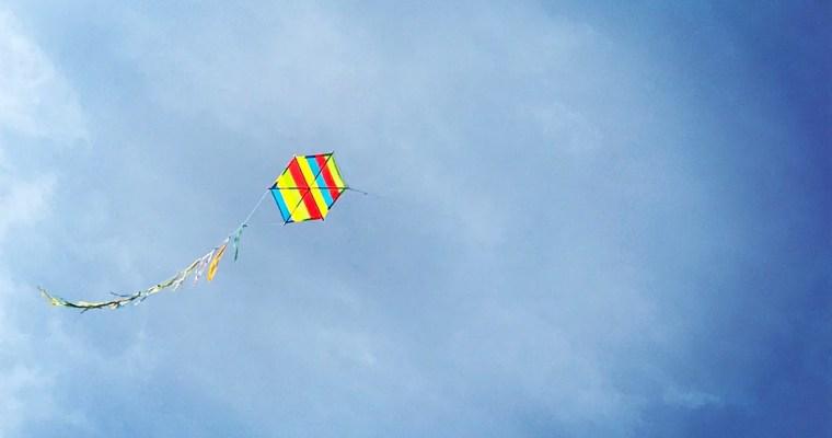 Uçurtmanın kuyruğuna tutunup uçmak