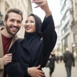 Mengapa Orang Pilih Memajang Foto Dengan Pasangannya di Sosial Media?