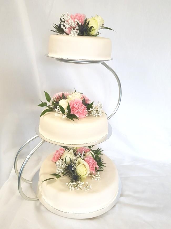 Bröllopstårta med nejlikor från Konditori Collini i Bollnäs