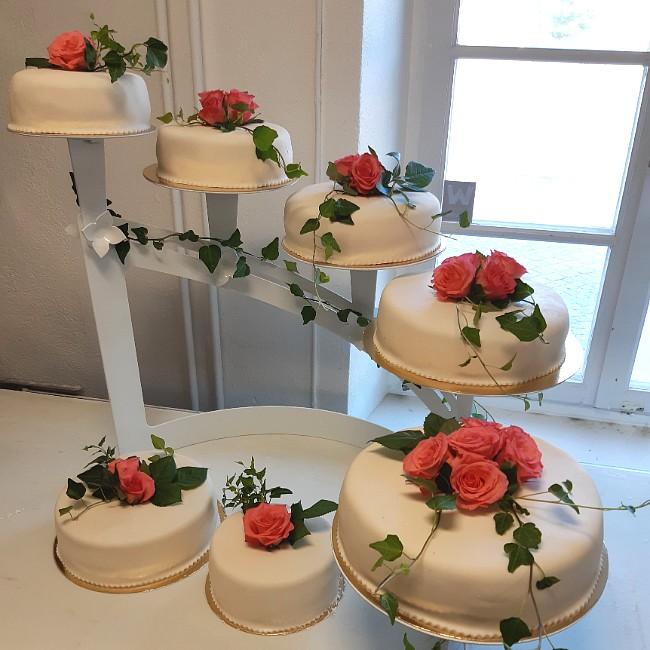 Bröllopstårta med rosor från Konditori Collini i Bollnäs