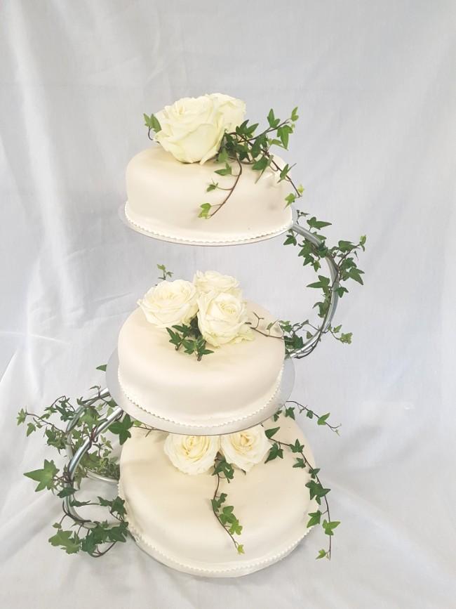 Bröllopstårta med vita rosor från Konditori Collini i Bollnäs