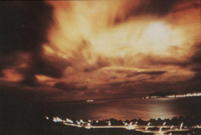 """Eksplozja """"Starfish Prime"""" widziana przez gęstą warstwę chmur z Honolulu"""