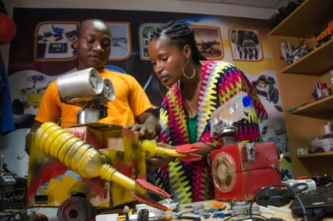 Innovate Africa on Aljazeera Presenter-Ndoni-Khanyile-learning-more-about-robotics-with-Ben-Nortey,-founder-and-CEO-of-the-MEtro-Institute-of-Innovation-and-Technology-in-his-office-in-Accra,-Ghana---credit-Daniel-Rutland-Manners